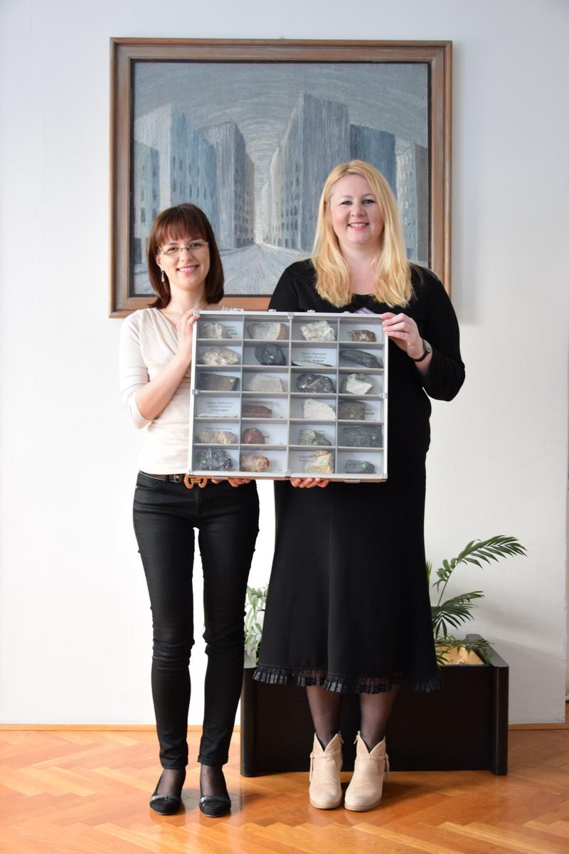 Voditeljica radionica Tea Novaković i ravnateljica Druge gimnazije Varaždin Zdravka Grđan sa svojim primjerkom geološke zbirke